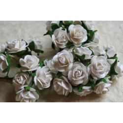 Bílé růžičky na drátku